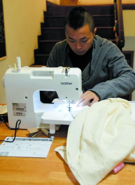 陈科在家缝制衣服