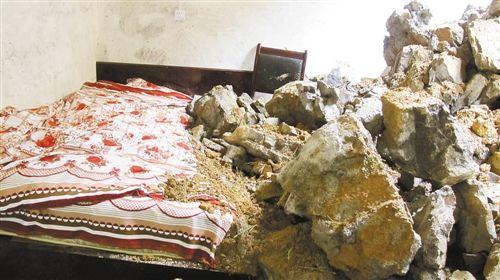 9月2日凌晨,被山上滚下的巨石打垮的巫山县抱龙镇马坪村龚运山家的房屋。