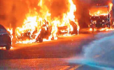 油罐车漏油起火,路边8车遭殃