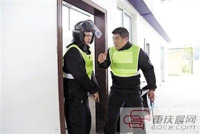 两警员商量克敌战术。