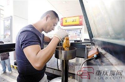 9月2日,市质监局计量检测人员对被网络质疑的加油站进行检测。
