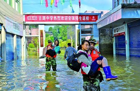 昨日,古路镇,武警重庆总队船艇支队官兵正在转移被困学生。