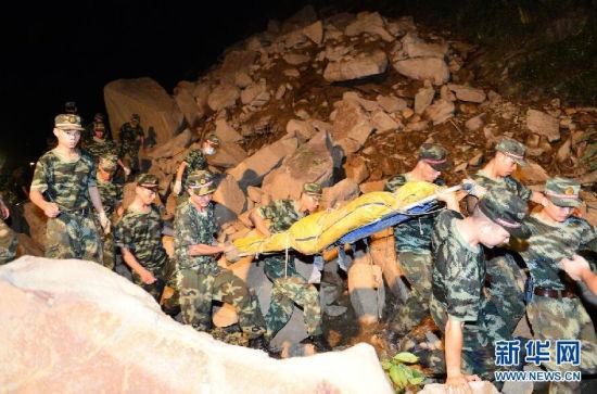 9月3日晚,武警重庆总队三支队官兵将最后一名矿工遗体转移出滑坡地点。
