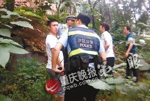 民警和路人在树丛中找人