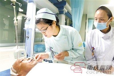 正在开县人民医院抢救的唐武龙。