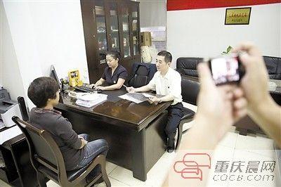 公证处的工作人员海键(左二)和周祺询问需要立遗嘱的市民相关问题,并全程用相机记录。