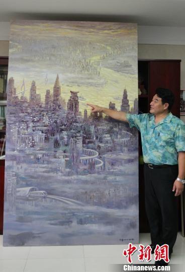图为重庆画家许世虎介绍刚完成的新作《跨越时代之都——山城》。