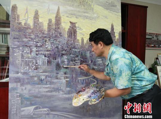 图为重庆画家许世虎为新作《跨越时代之都——山城》作最后的调整。