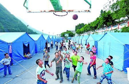 昨日,奉节县大树镇,孩子们在梅子中学受灾群众集中安置点打篮球。