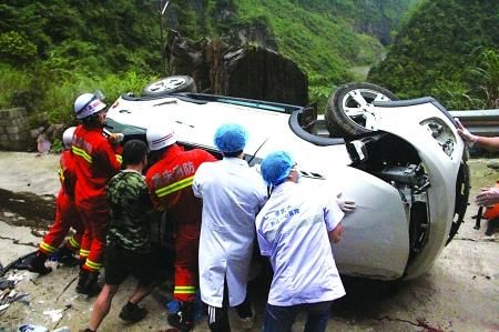 救援人员在营救被困者通讯员