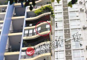 12楼住户阳台上的落地玻璃(红圈处)破裂