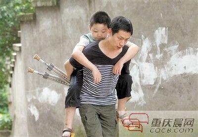 丁平背着儿子上学