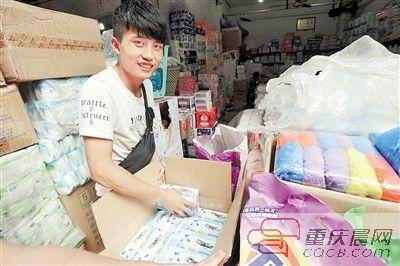 李远皓在批发市场选购卫生巾。