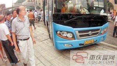 公交车车头已经冲上了人行道