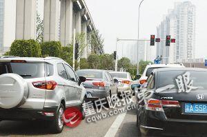 新溉大道,直行车辆在左调头车道上等直行红绿灯。