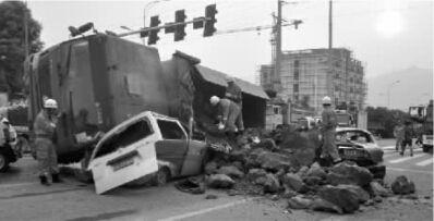昨日,北碚区蔡家岗镇嘉运大道四联光电旁十字路口,发生一起车祸致使五车相撞,消防官兵赶到现场营救