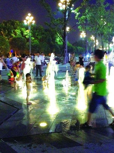 孩子在喷泉处玩耍