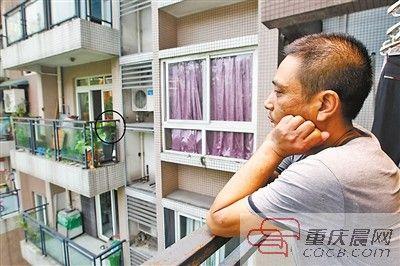 郭先生望着对面邻居家的蜂箱(图中画圈处)一筹莫展。