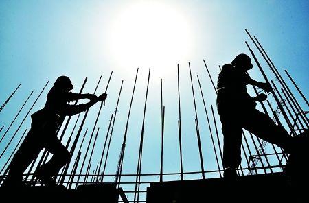 建筑工人在烈日下施工