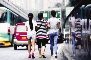 昨日,九龙坡区,李女士一家人终于团聚了,她拉着两个女儿(右为小丽)的手回家了