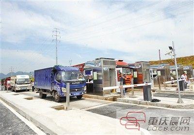 中午时分的江津双福国际农贸城,仍有不少车运货入场。