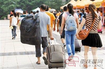 昨日,重庆师范大学,家长帮孩子们提着行李来到学校报到。
