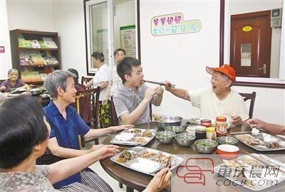 昨日,王迪和社区居民一起吃午饭。