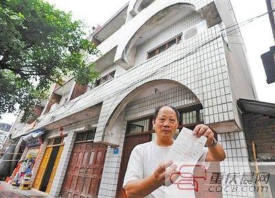 昨日,合川区肖家镇,王中云在家中找出当年和政府打官司时的诉讼资料