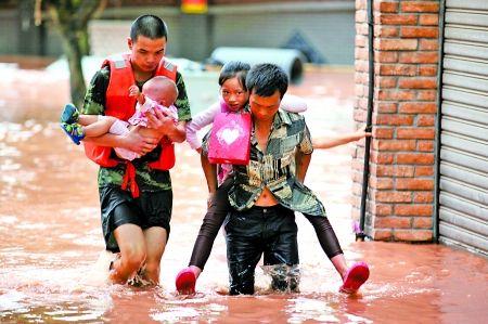 统景镇,救援人员将两儿童转移到安全地带。