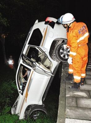 9月13日晚,电子工程学院内一越野车濒临掉崖,消防展开救援