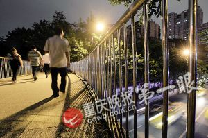 记者来到微博上所提到的渝中区两路口体育馆旁人行天桥,发现天桥栏杆样式与微博图中的天桥大相径庭。