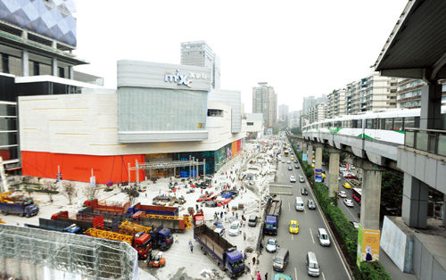昨日,九龙坡区谢家湾,万象城开业在即,仍在紧张进行最后的完善工作
