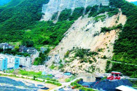 9月8日早上,林国宁倒在了奉节县大树镇垮塌区抢险救灾现场。 奉节县委宣传部供图