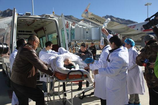 康定机场顺利完成震后首名危重伤员转院空运任务