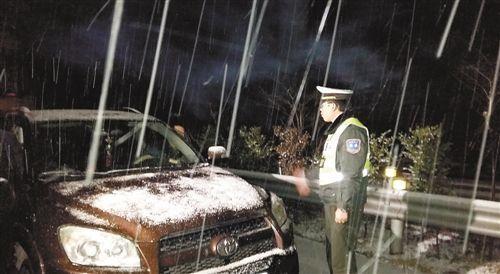 渝湘高速交通管制现场,被困车身有明显积雪,执法人员正对车主开展安抚、解释工作。(图片由高速公路第二支队、高速公路第三支队提供)