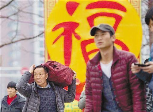 2月4日,重庆龙头寺长途汽车站,一位肩上扛着包的旅客在赶路。