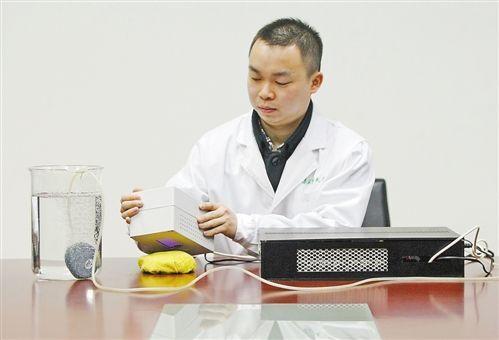 日前,第三军医大学科研人员展示利用等离子体消毒器样机同时对水、物体和空气进行消毒。