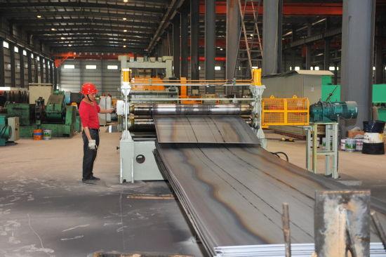 工人正在切割待售钢材
