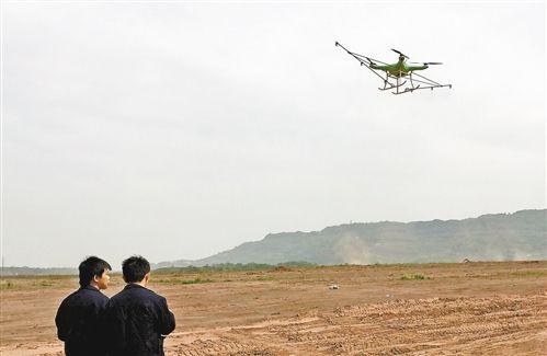 图为操作员正为外地客商演示专业植保无人机。