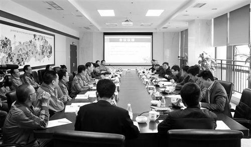 """市经信委领导及鉴定委员会就""""CMJ3-I棉花收获机""""新产品技术鉴定开展讨论。"""