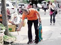 重庆身家过亿富翁每天捡垃圾 称想感染他人
