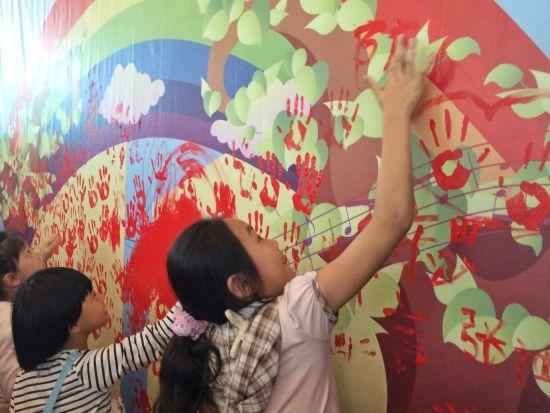 孩子们在活动现场留下手印