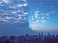 """重庆惊现""""奇云"""" 天空被清晰地一分为二"""