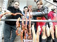 重庆男子发明熏肉神器 免费帮街坊邻居熏香肠