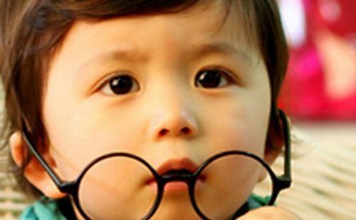 孩子视力不佳赶紧配镜矫正?小心害了他!