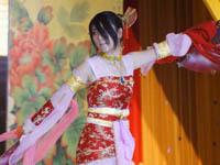 红衣舞女演绎古典风情