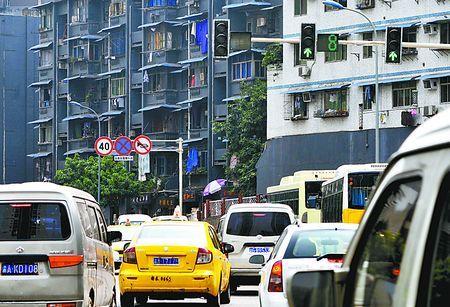 海铜路三岔路口,一个指示左转的红绿灯不亮