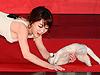 女星抱猫故意假摔