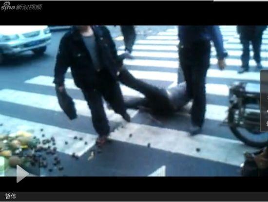 视频:城管很忙 福州城管路中拖行小贩
