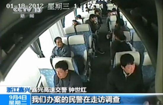 客车倾覆瞬间乘客被撞飞
